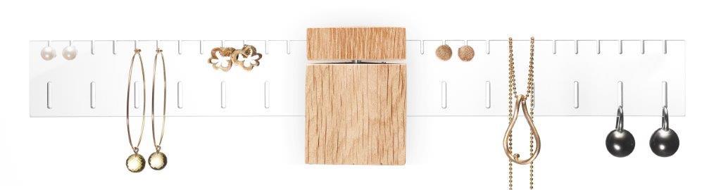 The Wing-EG m. smykker.Hvid baggrund